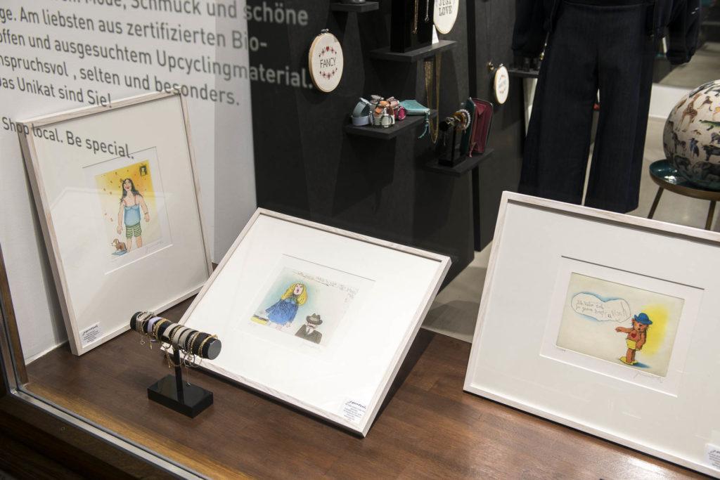 schaufenster boutique lassy fair mit Janosch Bildern und Schmuck
